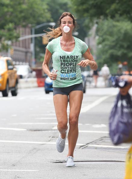 Kelly+Bensimon+blows+bubbles+gum+while+out+cdYwSJYTnEbl